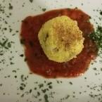 Arancini sul letto di salsa di pomodoro