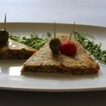 Frittata di ceci con formaggio veg, cipolla, olive nere, pomodoro