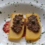 Polenta alla mediterranea su letto di pomodori