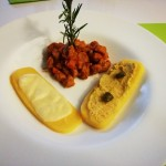 Spezzatino con polenta al formaggio e polenta ai ceci