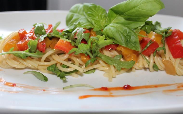 Spaghetti peperoni, formaggio e rucola