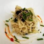 Spaghetti con olive nere, gorgonzola veg e semi di girasole