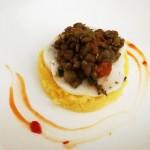 Disco di polenta con ragù di lenticchie