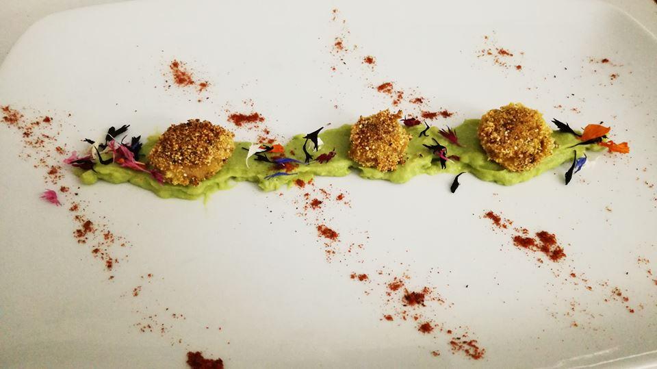 Champignon impanati sul letto di Humus all'avocado