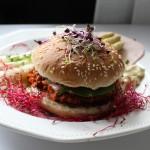 Burger con ragù di soia e asparagi alla salsa bolzanina